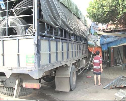 Tài xế ngủ gật, xe tải tông vào nhà dân - ảnh 2