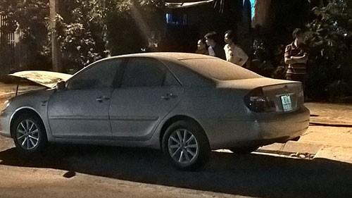 Xe Toyota dừng bên đường bỗng nhiên bốc cháy - ảnh 1