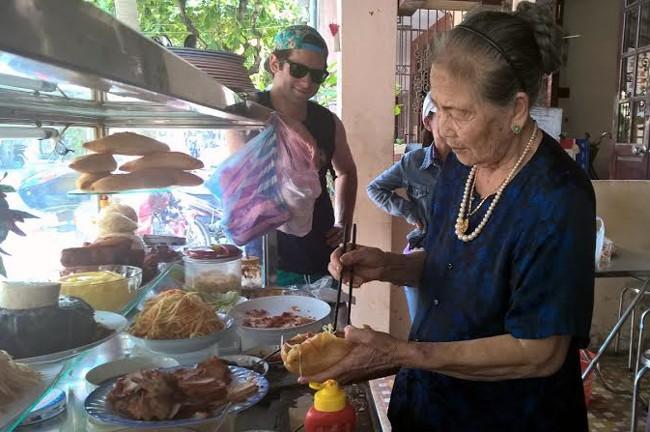 Cụ Lộc tự tay làm bánh mì bán cho khách mỗi ngày