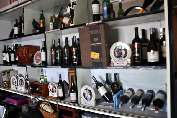 Tủ rượu pha chế coctail Việt Nam của ông Ra