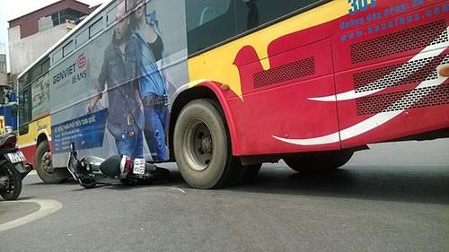 Hà Nội: Xe buýt lại gây tai nạn - ảnh 1