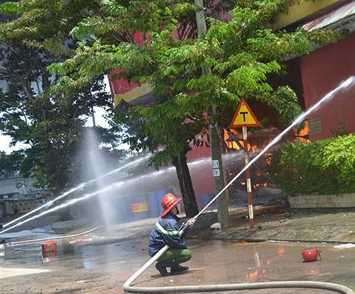 Cháy dữ dội tại công ty sơn ở Đà Nẵng - ảnh 3