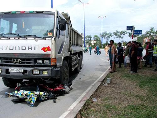 Xe tải cán nát xe máy, một phụ nữ tử vong - ảnh 2