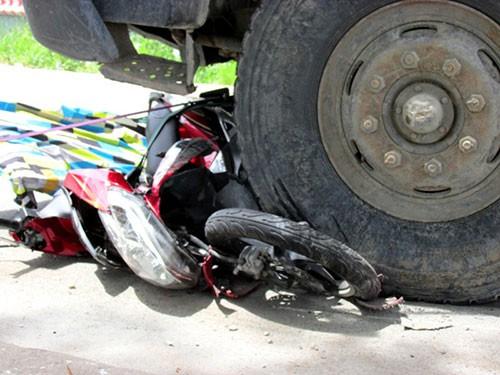 Xe tải cán nát xe máy, một phụ nữ tử vong - ảnh 3