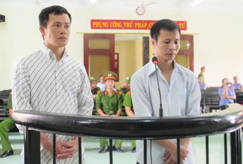 Hai tên cướp tiệm vàng táo tợn bị phạt 39 năm tù - ảnh 1