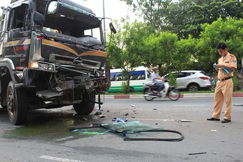2 xe đầu kéo tông nhau 4 người bị thương  - ảnh 3