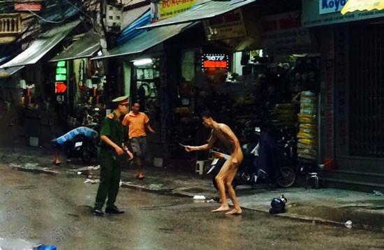Một thanh niên 'ngáo đá' khỏa thân đòi đâm người trên phố - ảnh 1