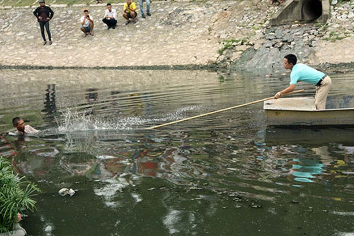 Bị truy bắt, người đàn ông nhảy xuống sông Tô Lịch  - ảnh 2