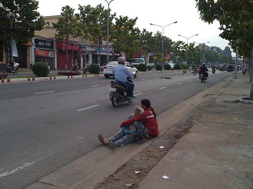 Đủ chiêu giả dạng bệnh hoạn để xin tiền ở Biên Hòa - ảnh 2