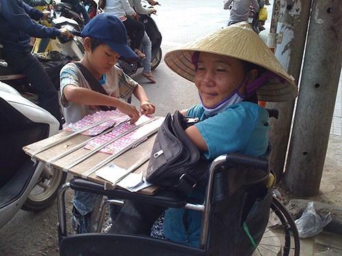 Đủ chiêu giả dạng bệnh hoạn để xin tiền ở Biên Hòa - ảnh 5
