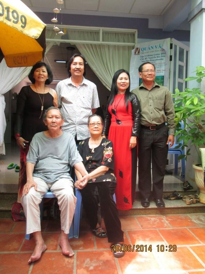 Nhà thơ Nguyễn Bắc Sơn (ngồi) cùng vợ và các bạn thơ trong chuyến gặp gỡ năm 2014. Ảnh: Blo Ngô Đình Miên