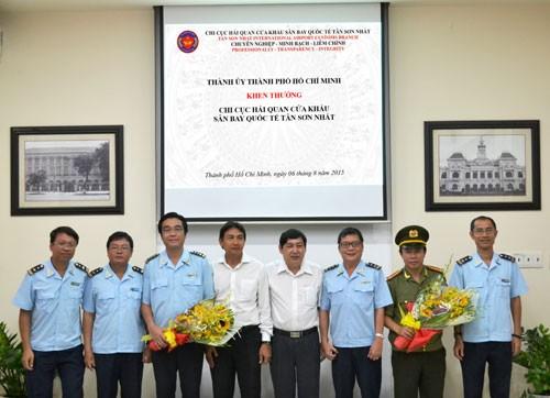 Thành ủy TP.HCM thưởng nóng vụ ngăn chặn vũ khí quân dụng vào Việt Nam - ảnh 1