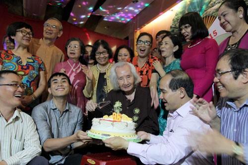 Nhạc sư Vĩnh Bảo đờn xuất thần trong đêm mừng thọ 98 tuổi - ảnh 1