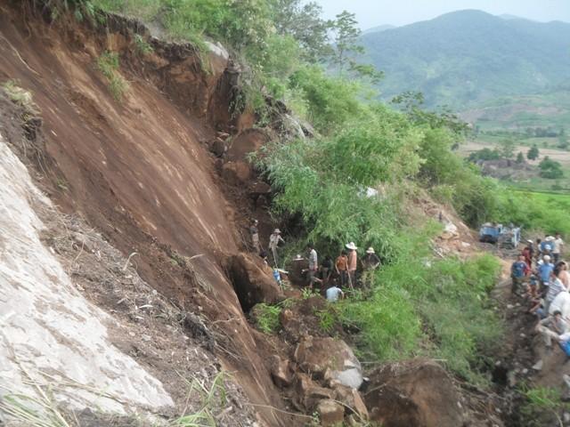 Lở đất làm sập đá, 4 công nhân bị thương vong - ảnh 1