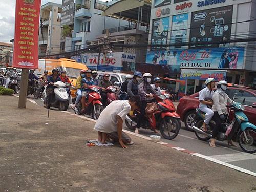 Người thanh niên 'quỳ lạy' giữa trung tâm thành phố để...xin tiền - ảnh 1