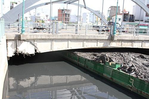 Xà lan chở bùn kẹt gầm cầu gần 8 tiếng - ảnh 1