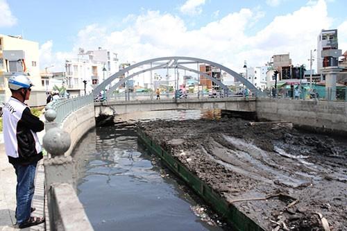 Xà lan chở bùn kẹt gầm cầu gần 8 tiếng - ảnh 4