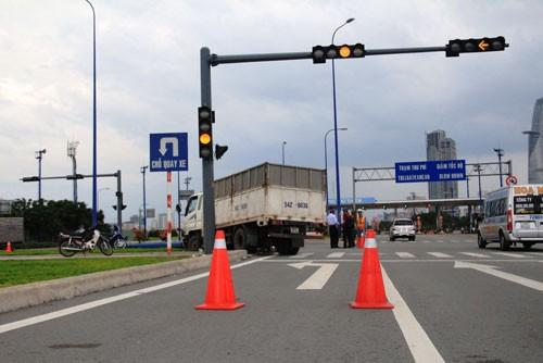 Húc xe taxi, xe tải chở gạch tông gãy trụ đèn - ảnh 1