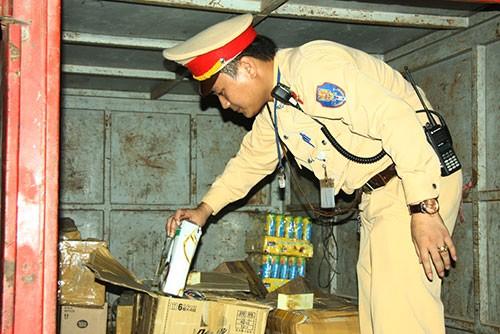 Bắt xe tải chở nhiều thùng mỹ phẩm không rõ nguồn gốc - ảnh 2