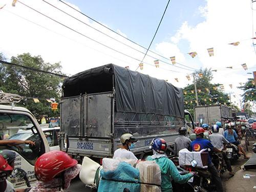 Kẹt xe kéo dài trong lễ Vu Lan - ảnh 1