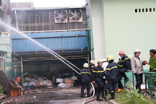 Lửa lớn thiêu rụi một nhà kho công ty Đài Loan - ảnh 1