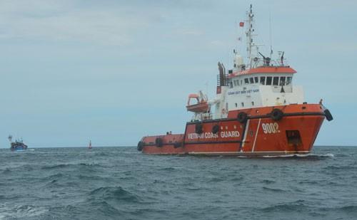 Tàu cảnh sát biển cứu tàu cá bị nạn trên vùng biển Hoàng Sa - ảnh 1
