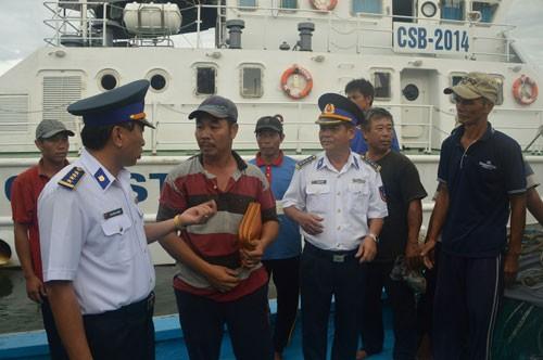 Tàu cảnh sát biển cứu tàu cá bị nạn trên vùng biển Hoàng Sa - ảnh 2