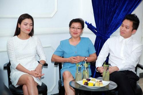 Ca sĩ Phương Thảo, ca sĩ Tùng Dương và bà Huyền Lâm (giữa) - vợ nhạc sĩ An Thuyên - tại buổi gặp gỡ báo chí giới thiệu đêm nhạc