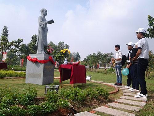 Học lịch sử ở khu vườn tượng danh nhân - ảnh 3