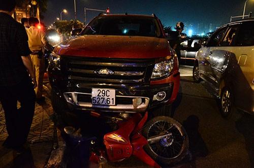 Hàng chục xe máy bị tông liên hoàn giữa ngã tư - ảnh 1