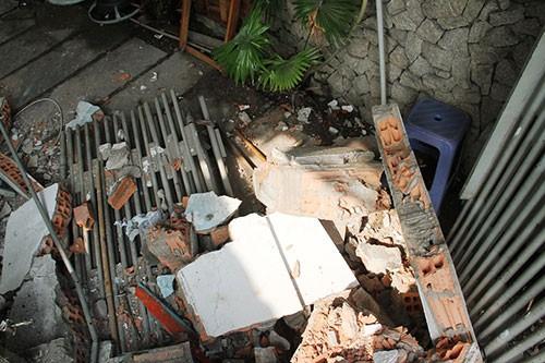 Xe chở rác húc sập ba căn nhà - ảnh 6
