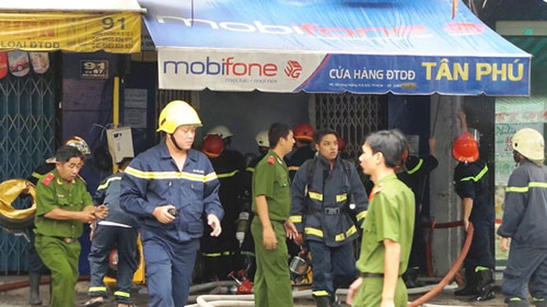 Cháy lớn cửa hàng điện thoại - ảnh 2