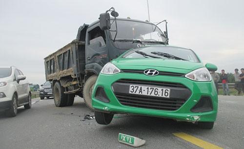 Xe tải tông nát xe taxi, bốn người bị thương - ảnh 2