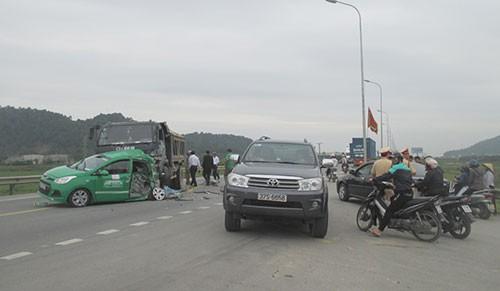 Xe tải tông nát xe taxi, bốn người bị thương - ảnh 3