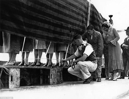 Các thí sinh xếp hàng để được chấm điểm vẻ đẹp mắt cá chân. Cuộc thi có 4 giám khảo gồm 3 nam và 1 nữ. Ảnh chụp năm 1932.