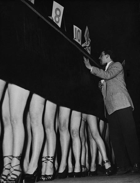 Cuộc thi tìm kiếm đôi chân đẹp nhất được tổ chức ở Paris hồi năm 1950. Thực ra, so với cuộc thi người đẹp mắt cá chân, thì cuộc thi này đã táo bạo hơn nhiều, tuy vậy, tấm rèm bí ẩn che giấu nhan sắc, vóc dáng của thí sinh vẫn còn hiện diện.