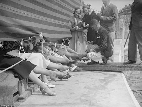 Ban giám khảo đang chấm thi tại một cuộc thi Hoa hậu mắt cá tổ chức ở hạt Kent, Anh năm 1933.