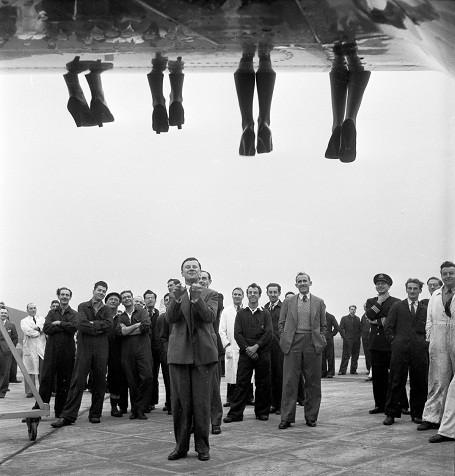 """Những đôi chân của các thí sinh đang """"vắt vẻo"""" trên cánh một chiếc máy bay. Địa điểm tổ chức cuộc thi này có vẻ sang trọng hơn hẳn những cuộc thi đã thấy ở trên. Ảnh chụp năm 1953."""