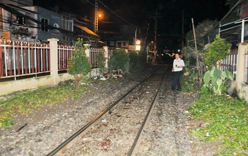 Nằm ngủ trên đường ray bị tàu hỏa tông tử vong - ảnh 1