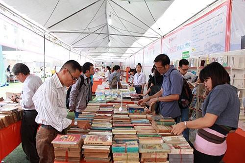 Hàng ngàn 'mọt sách' chen chân tại Ngày hội sách cũ TP.HCM 2015 - ảnh 4