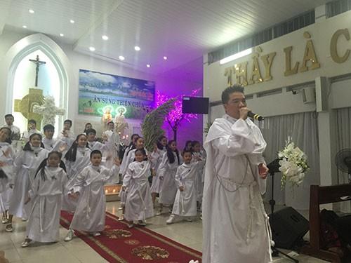 Đàm Vĩnh Hưng mặc áo dòng hát ở nhà thờ - ảnh 1