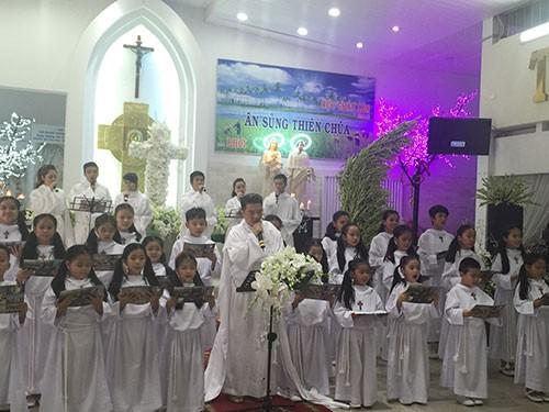 Đàm Vĩnh Hưng mặc áo dòng hát ở nhà thờ - ảnh 2
