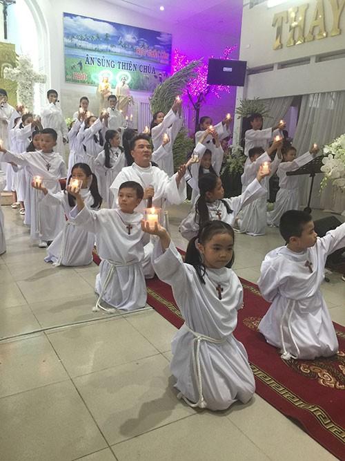 Đàm Vĩnh Hưng mặc áo dòng hát ở nhà thờ - ảnh 3