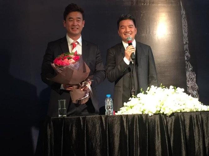 Ca sĩ Đàm Vĩnh Hưng tặng hoa cảm ơn đến đại diện ban tổ chức giải Ngôi sao châu Á, ông Lee Sun Ki tại họp báo vào chiều 16-11 - Ảnh: Q.N.