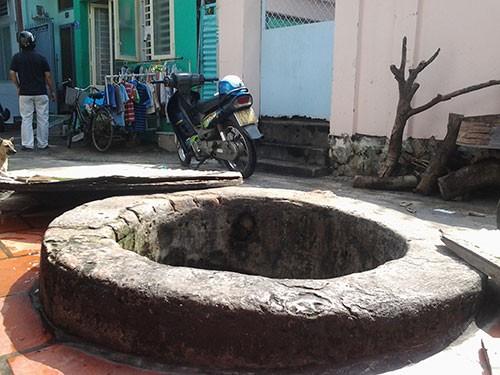 Hai giếng cổ 'vuông - tròn' không bao giờ cạn ở giữa lòng thành phố - ảnh 1
