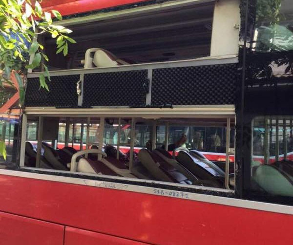Xe khách bị ném đá, hơn 25 hành khách hoảng loạn - ảnh 1
