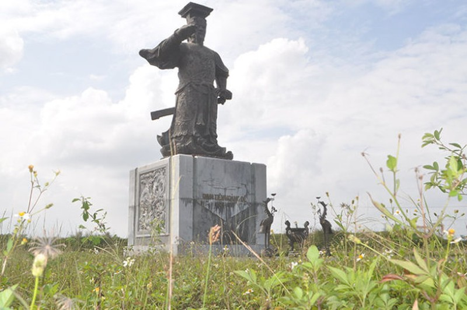 Tượng đài Đinh Tiên Hoàng Đế ở TP Ninh Bình bị bỏ hoang, xung quanh mọc đầy cỏ dại - Ảnh: V.V.Tuân