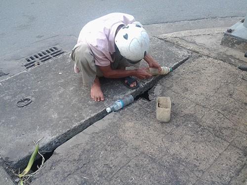 Độc đáo nghề câu cá trê ngay giữa đường phố - ảnh 1