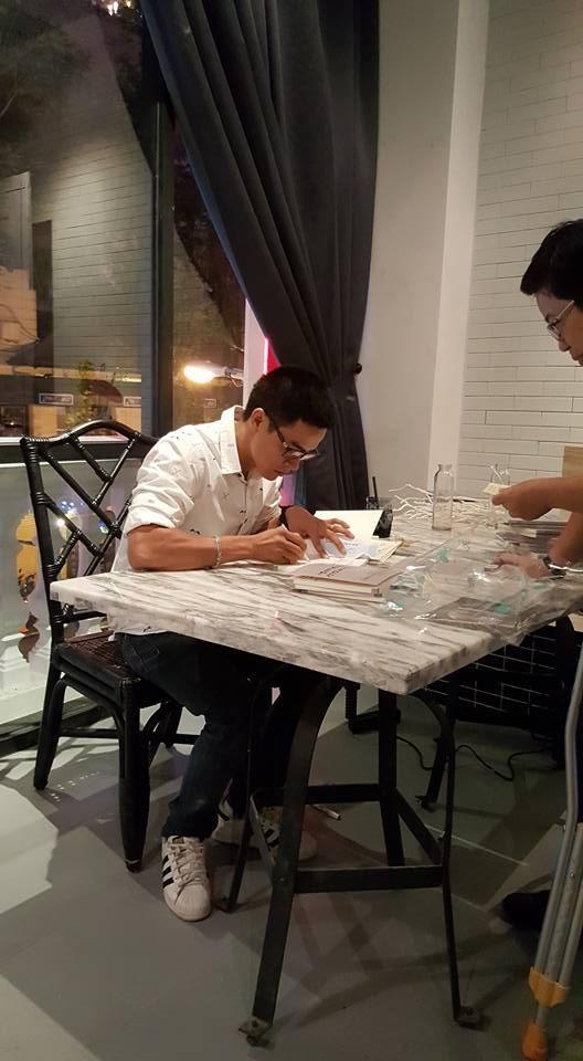 Nguyễn Phong Việt bán thơ để tặng sách cho trẻ em nghèo - ảnh 2