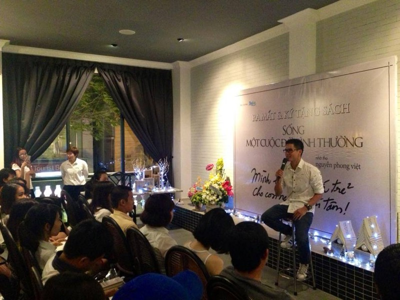 Nguyễn Phong Việt bán thơ để tặng sách cho trẻ em nghèo - ảnh 1